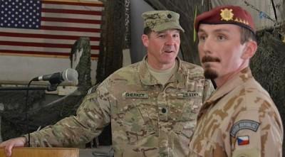 Bývalý americký velitel Task Force 1/320 na základně Bagrámu ppl. Mark Sherkey. V popředí je bývalý velitel 2. strážní roty Jiří Pazděra; Foto FS