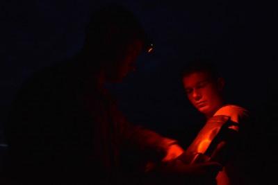 Ošetřování amerického výsadkáře zraněného při seskoku. / Foto: Markus Rauchenberger, US Army