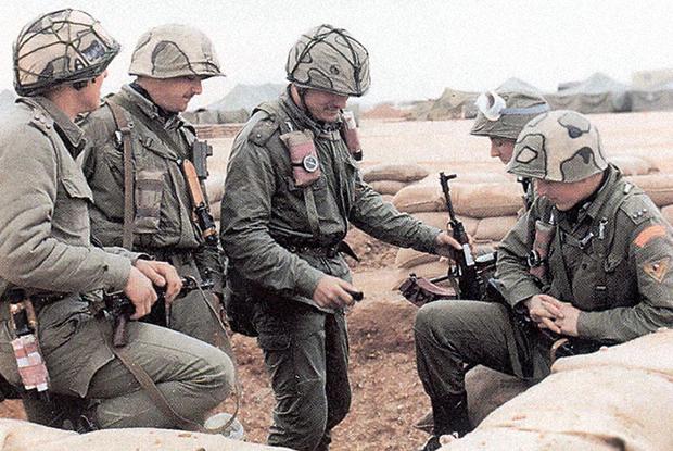 Českoslovenští vojáci počas operace Pouštní štít,  1990.  Zdroj: MO ČR