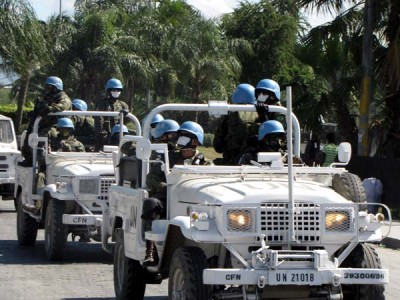 Vojáci OSN s rouškami, které jim pomáhají překonat pach tlejících mrtvol, vyjíždějí do ulic Port-au-Prince | UN troops with mask which suppose to help them to overcome the smell of decaying corpses in Port-au-Prince; Photo by Pavel Novotný, MF Dnes