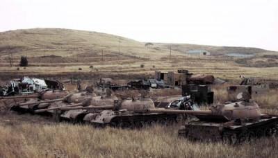 Hřbitov sovětské techniky, základna Marez, severní Irák. | Soviet war matériel cemetery, Camp Marez, northern Iraq.