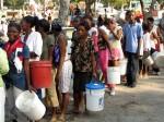 Zpočátku kontrolovaly výdej vody obyvatelům Port-au-Prince modré barety | UN troops initialy controlled water release to Port-au-Prince residents; Photo by Pavel Novotný, MF Dnes