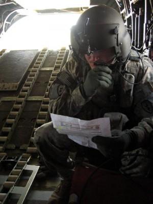 Zadní střelec Chinooku. | Back shooter on board a Chinook chopper.