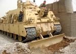 Jak dělat jednoduché práce zábavnou formou. Vyprošťovač tanků hloubí příkop pro elektrický kabel na kontrolním stanovišti 3, severní Irák.   Easy jobs through entertaining means. A tank rescue vehicle is digging a trench for an electric cable at check-point 3, northern Iraq.