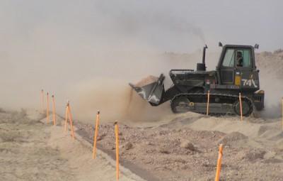 Zasypávání obranného valu na irácko-kuvajtské hranici (24/03/2003)   Filling the bastion on the Iraqi-Kuwaiti border (Foto František Šulc)