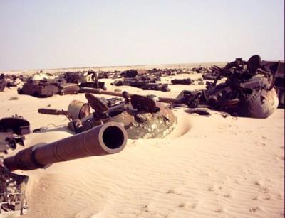 """Věže iráckých tanků T-55 a T-62 na hřbitově vojenské techniky v severním Kuvajtu, které vzniklo po první válce v Perském zálivu v roce 1991   Turrets of Iraqi tanks T-55 and T-62 lay on sand in """"Boneyard"""" in Northern Kuwait. This boneyard arose after first Gulf war in 1991. Photo by Dušan Rovenský, 2002"""
